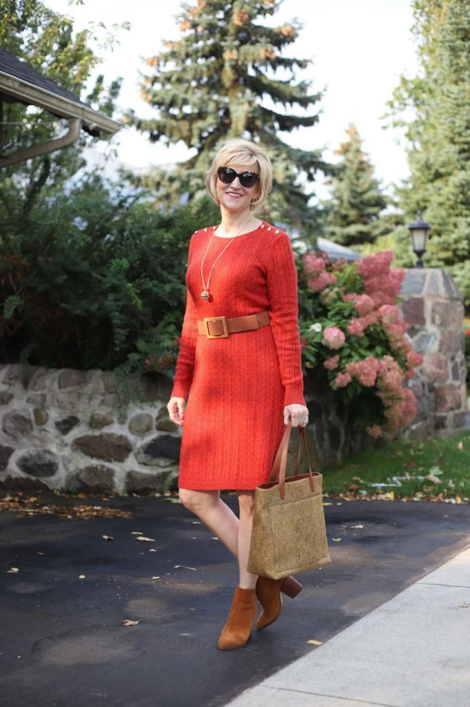 Понадобятся разная обувь и аксессуары: 4 образа с одним вязаным платьем для женщин после 40