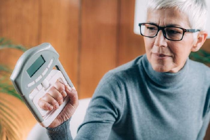 По силе захвата можно узнать скорость старения человека и даже диагностировать определенные состояния здоровья
