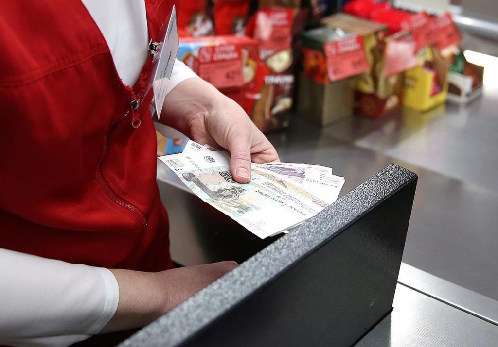 У каждого по несколько карт, но тратят больше наличных: как россияне расплачиваются за покупки во время пандемии