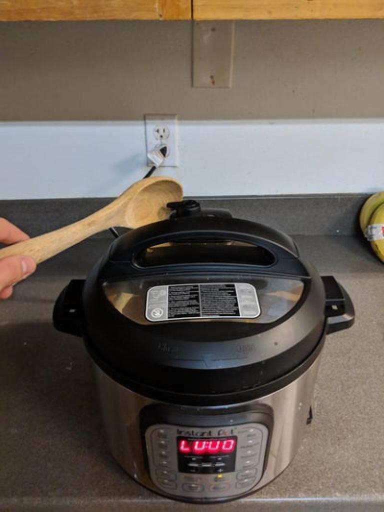 Пряный куриный гуляш из маринованного филе с рисом на гарнир: вариант быстрого ужина для всей семьи