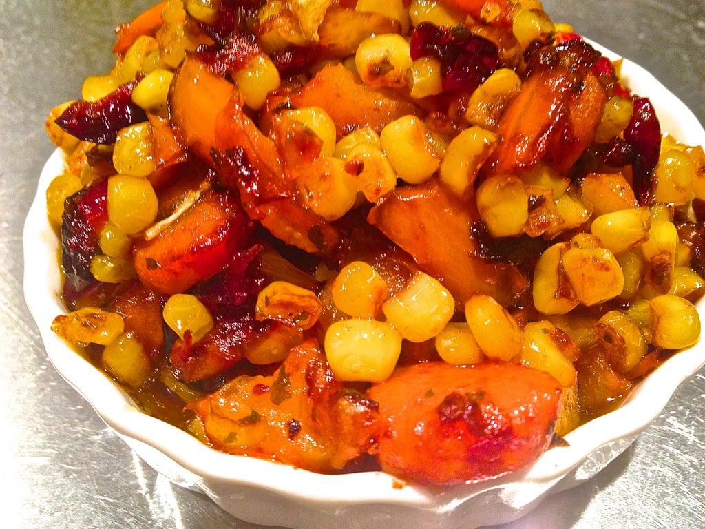 Обжариваю овощи и клюкву в бальзамическом соусе, а затем смешиваю с киноа: к такому гарниру и мясо не нужно