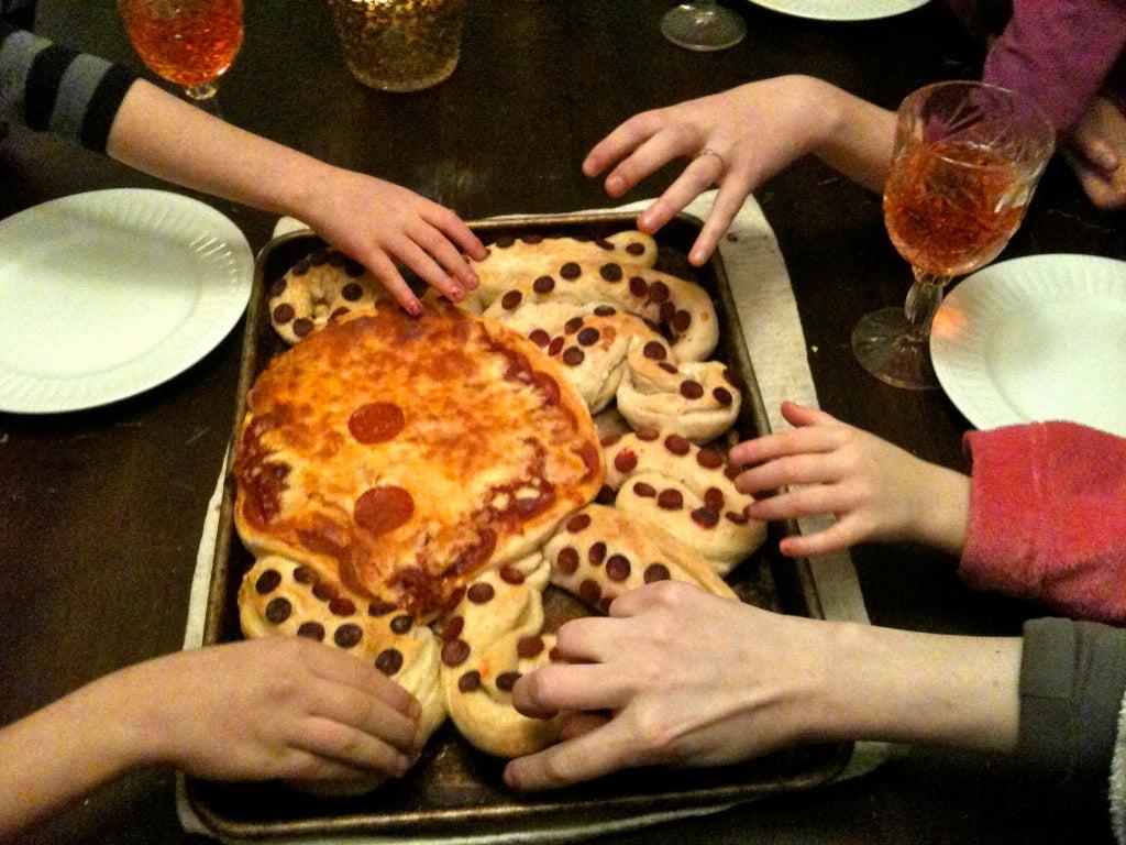 Креативный дизайн пиццы: готовим итальянское блюдо в виде большого осьминога