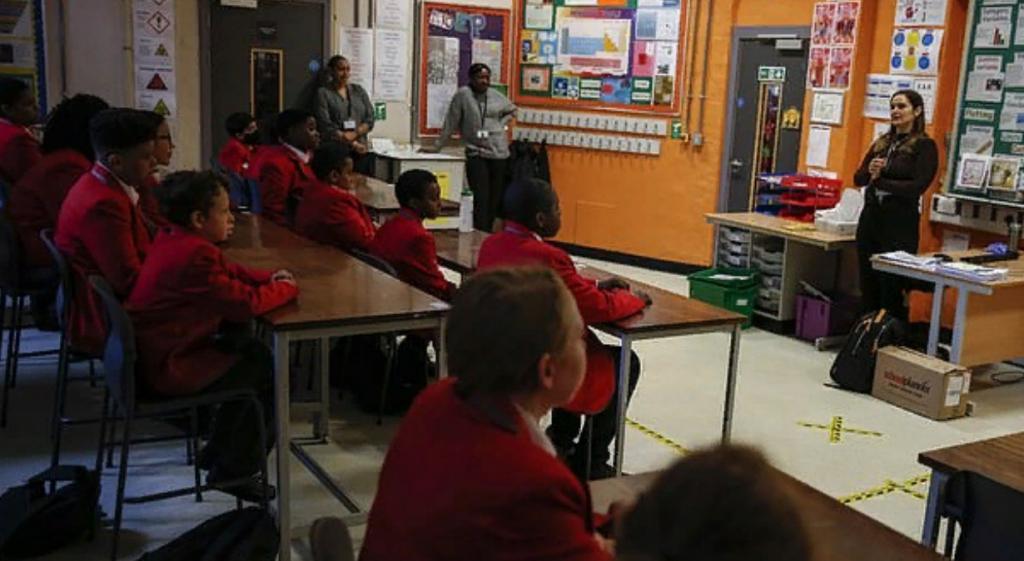 В Шотландии школьники остаются снаружи под дождем и сидят в замерзших классах из-за неясных ковидных советов