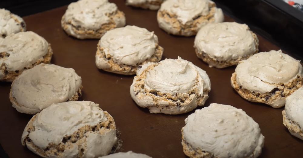 Хрупкая корочка снаружи и сладкая тянучка внутри: к чаю гостям подаю хрустящее печенье, которое готовлю за 30 минут