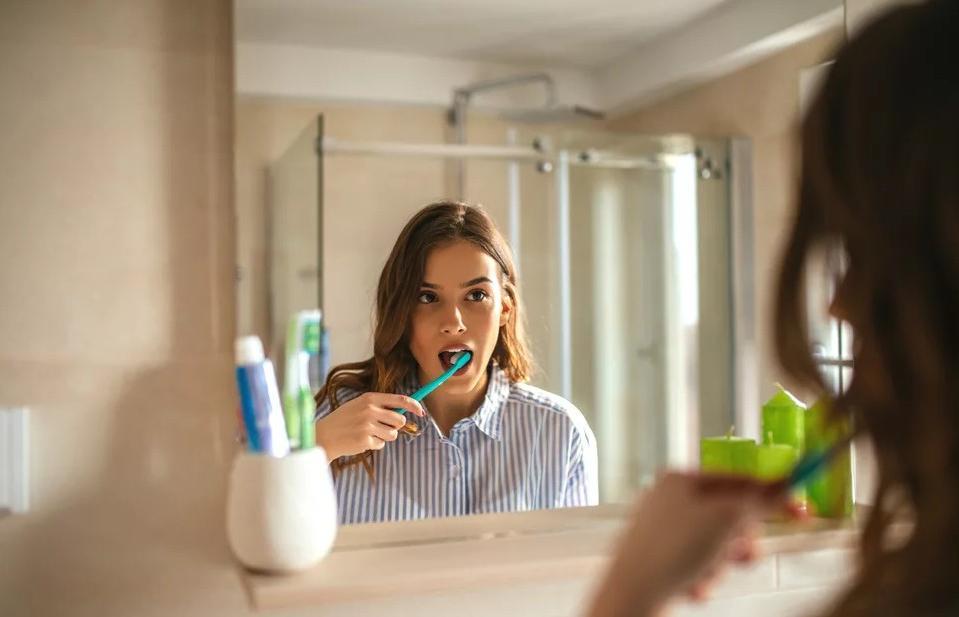 """""""Чистка зубов при выходе из дома может помочь предотвратить COVID-19"""", - заявил профессор стоматологии"""