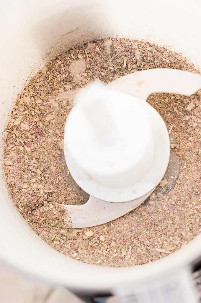 Для тела я готовлю успокаивающий скраб. Он с сахаром, солью, сушеными цветами и маслами