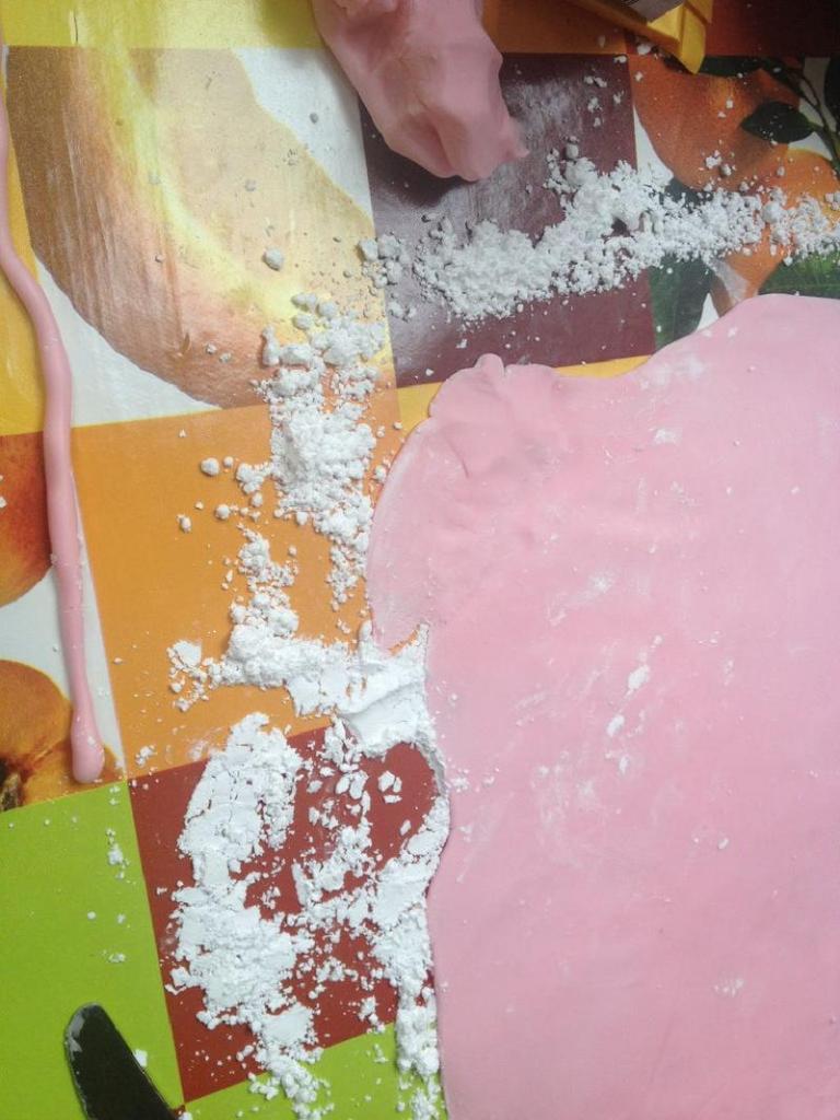Розовый фламинго на бисквитном лакомстве: готовим праздничный торт с необычным дизайном