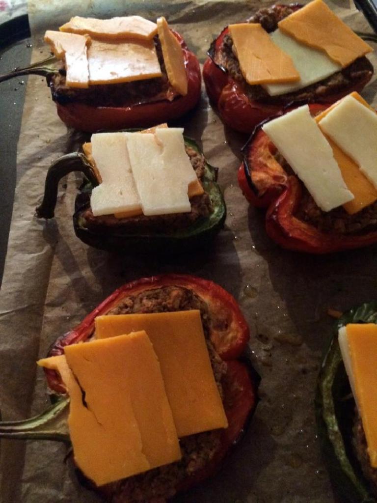 К приходу гостей приготовила ароматные лодочки из болгарского перца, мясной начинки и сыра: долго слушала комплименты в адрес своих кулинарных способностей