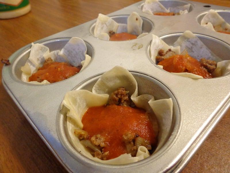 Закусочные кексы а-ля итальянская лазанья: из теста формирую корзиночки и заполняю их мясной начинкой