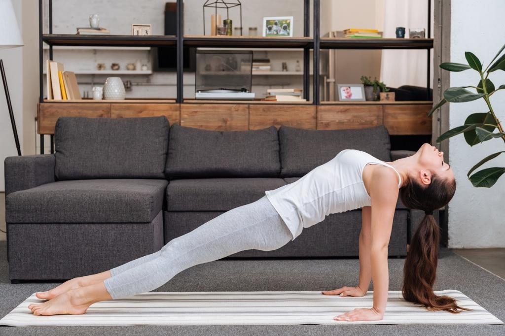 Используйте стул, лестницу и диван: 4 движения, которыми стоит разбавить сидячий образ жизни