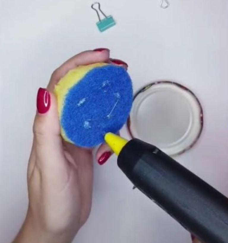 Взяла кухонную губку, крышку, баночку и сделала симпатичное хранилище для ниток и иголок