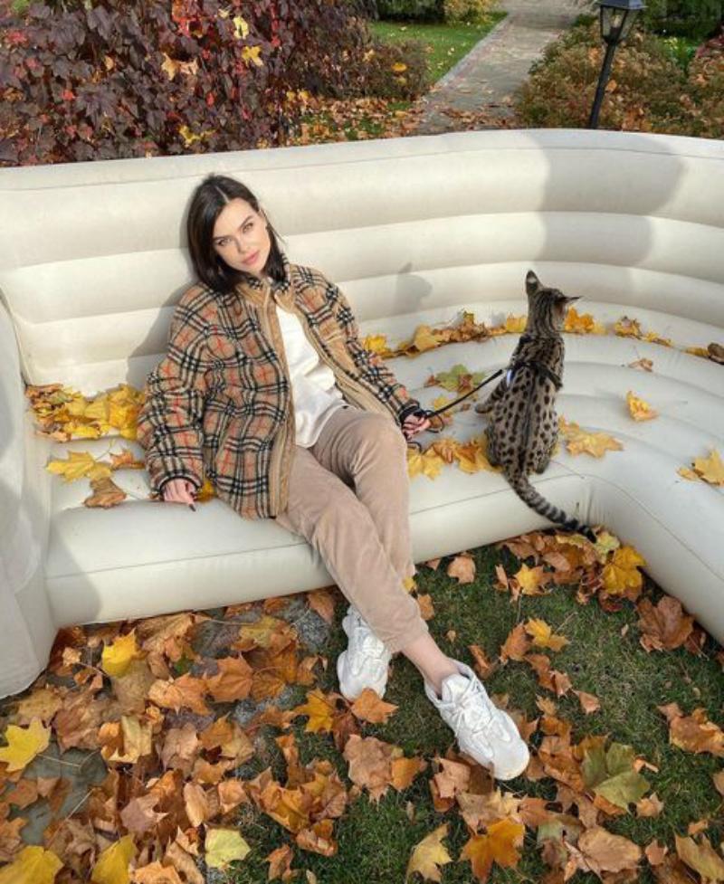 Куртка и брюки в тон шерсти питомца: Елена Темникова показала, как гуляет с котом (фото)