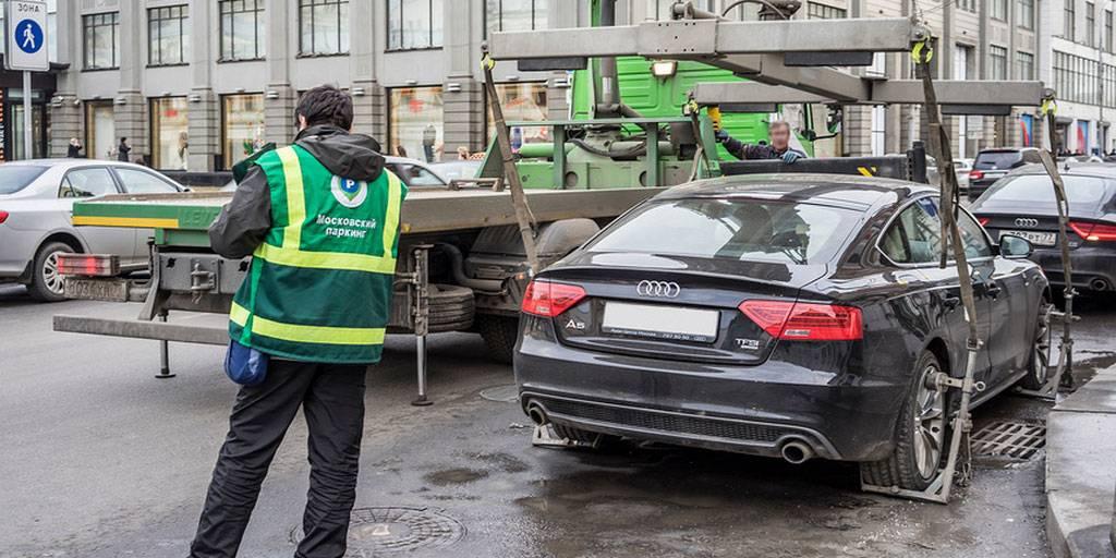 BMW и Mercedes: названы машины, которые чаще всего эвакуируются в Москве за стоянку без номеров