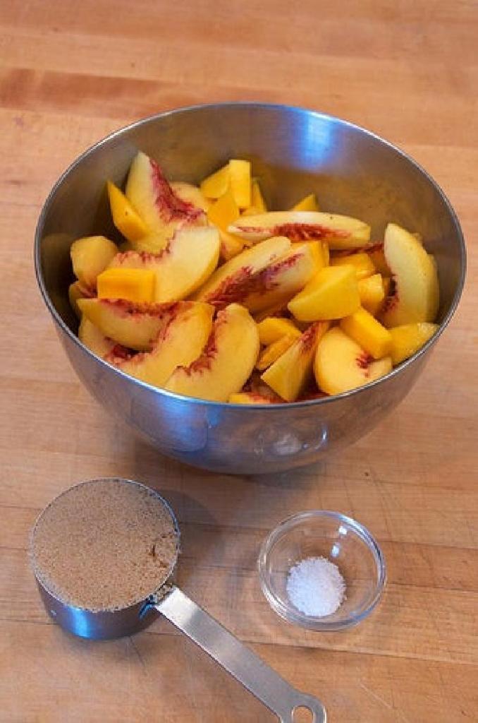 Закрытый пирог с кусочками персиков и манго: сказочно вкусный десерт