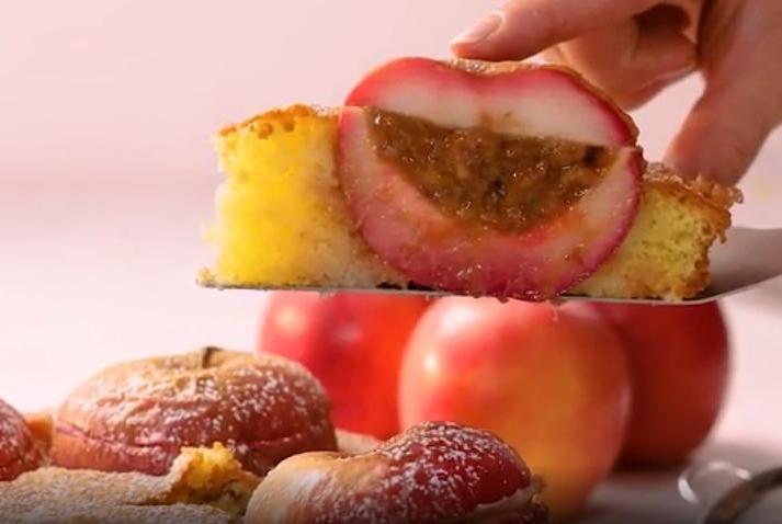 Яблоки фарширую кремом из фиников с вареной сгущенкой и запекаю пирог: нежный и очень красиво смотрится на тарелке