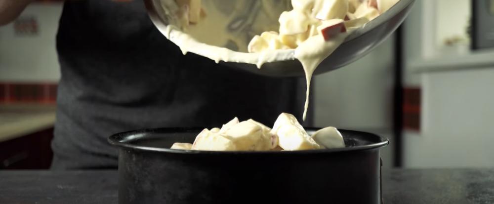 """В Сети увидела рецепт осеннего пирога """"из ничего"""": в десерте 90 % яблок – все как я люблю"""