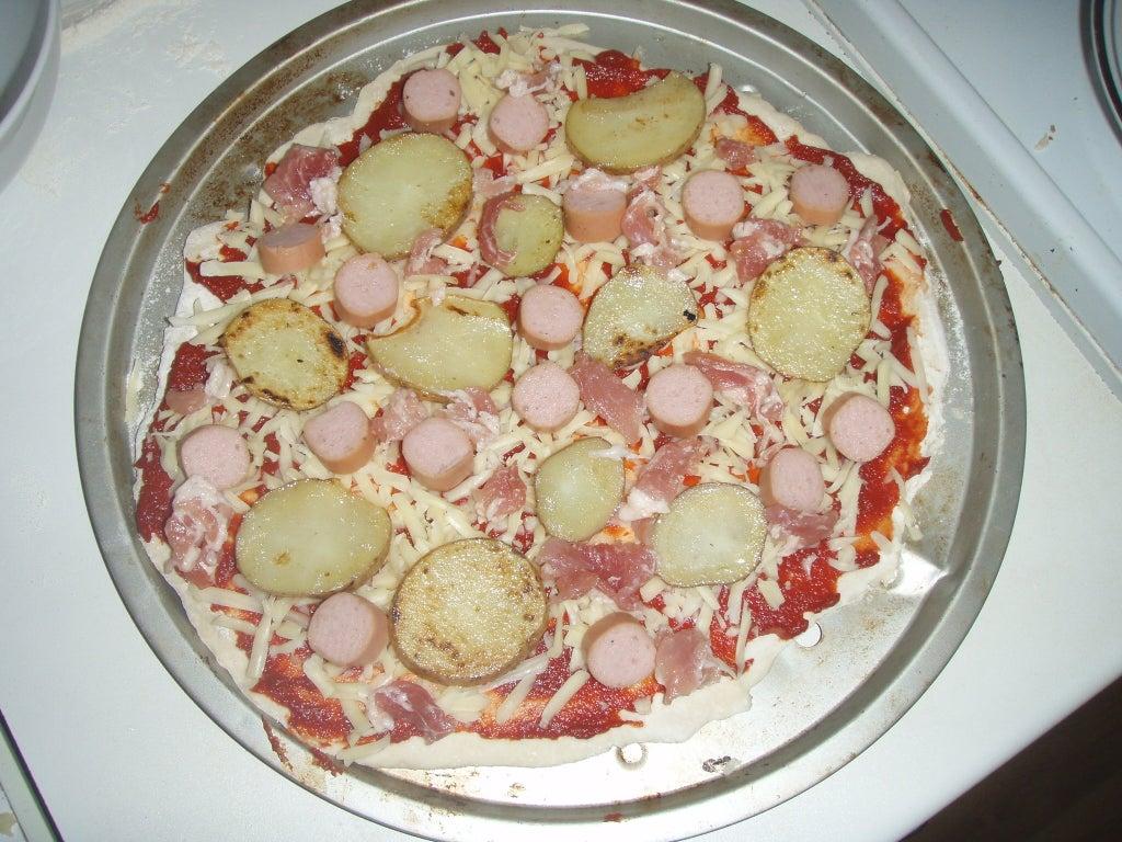 """Сытная пицца """"английский завтрак"""": ароматная закуска с фасолью, сосисками и яйцом"""