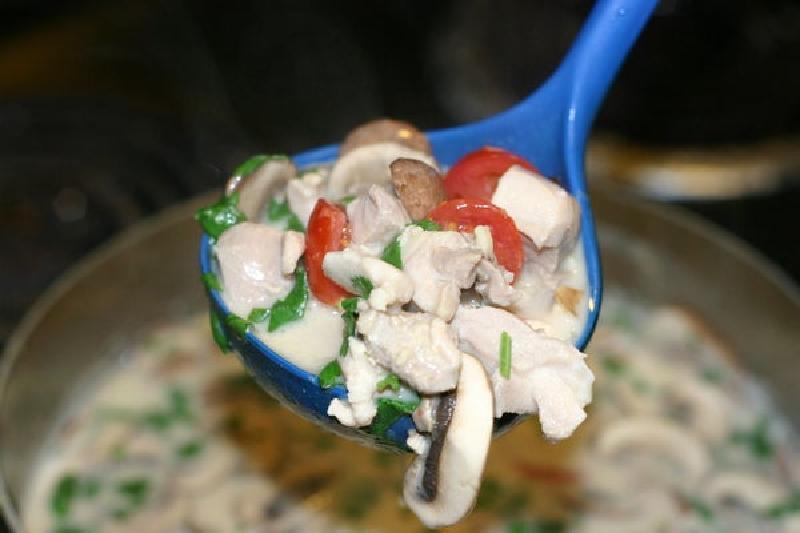 Нежный супчик на кокосовом молоке: готовлю пряное блюдо с грибами, курицей и имбирем
