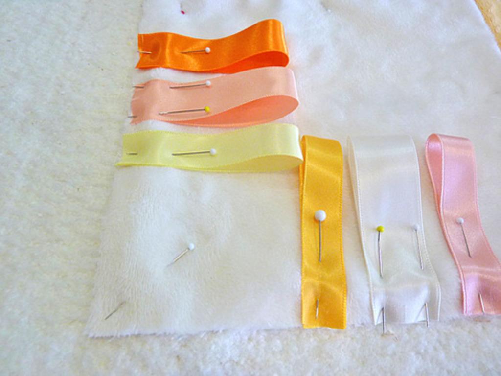 Сшила детское одеяло-коврик из тканей с разными текстурами. Малышка с удовольствием играет на нем и исследует все части коврика