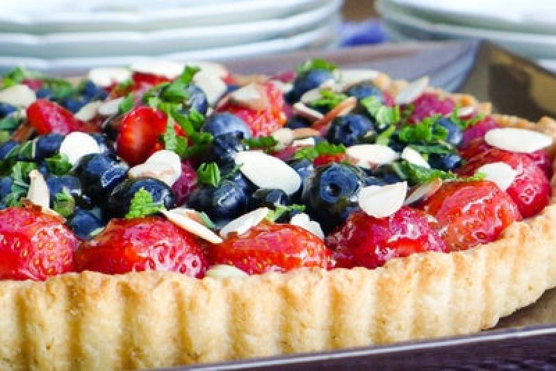 Клубнично-черничный пирог со сливочной начинкой с миндалем и мятой: рецепт