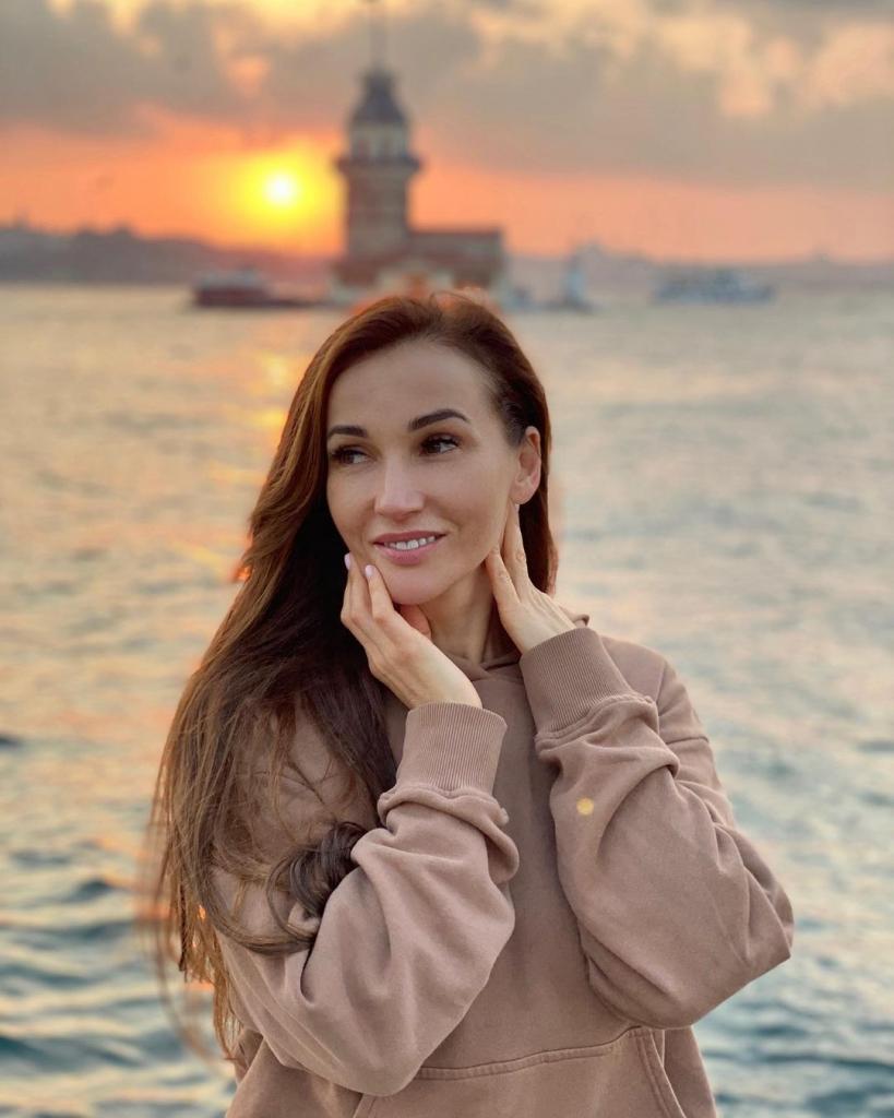Ни макияжа, ни фильтров: Анфиса Чехова поделилась снимками на закате в Стамбуле