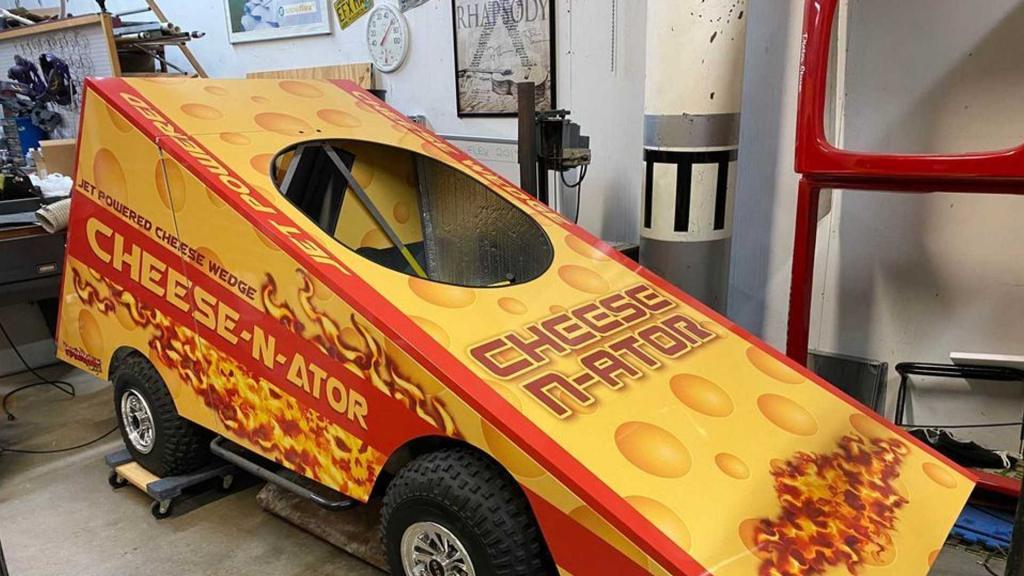 Гоночный автомобиль в форме куска сыра хотят продать за 16 тыс. долларов. Фото