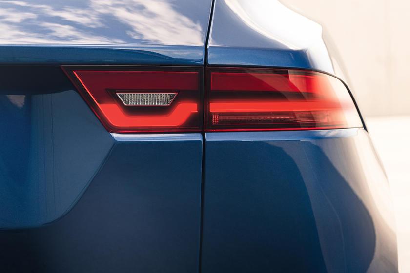 Более умный и роскошный: концерн Jaguar показал обновленный кроссовер E-Pace