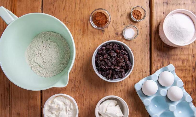Нашла рецепт пирога со сметаной и изюмом: очень вкусный и нежный