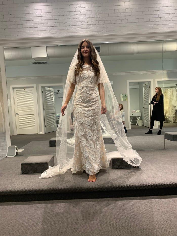 Невеста перемерила 5 платьев, прежде чем найти одно уникальное - и получила два образа: с мантией и бантом