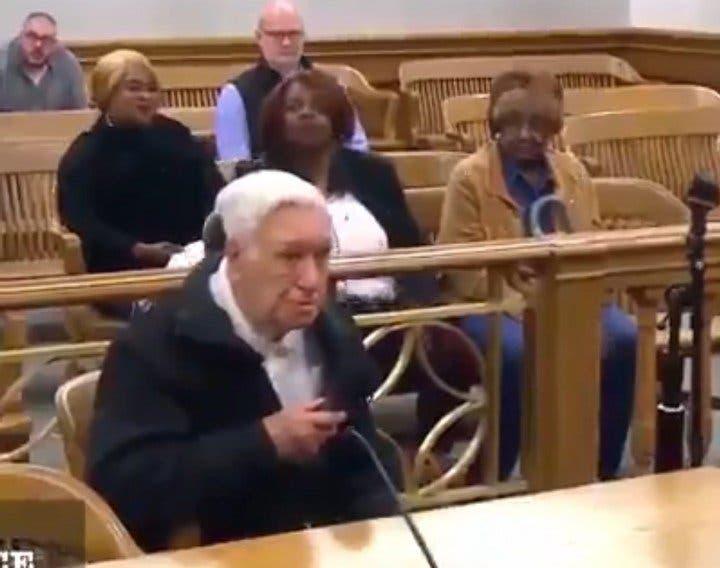 Дети в любом возрасте остаются для родителей детьми: в США судья отменил штраф 96-летнему отцу, узнав причину нарушения (видео)