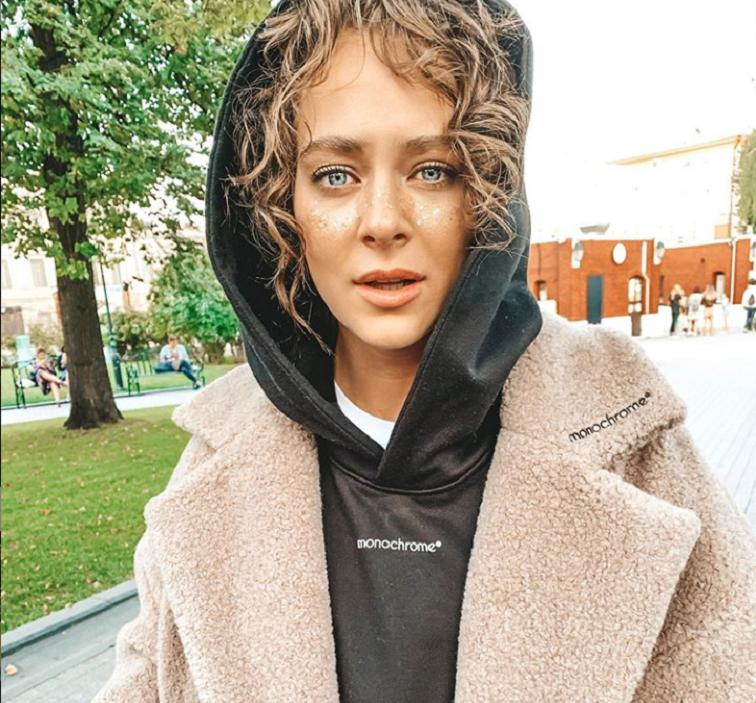 Аглая Тарасова поделилась фото из повседневной жизни: актриса показала, как одевается вне съемок