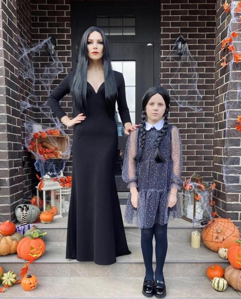 """Екатерина Волкова поделилась фотографиями в нарядах на Хэллоуин: узнать """"семейку"""" не трудно"""