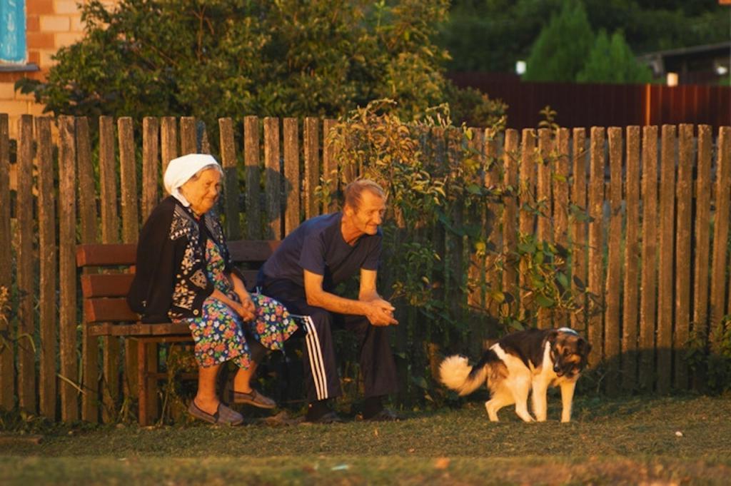 Молодежь громко слушала музыку возле дома старика. Он нашел способ, как за три дня решить проблему (смешная история)