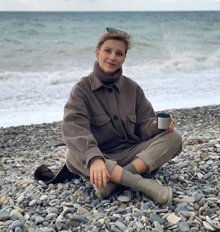 """""""Абсолютная нирвана"""": Лиза Арзамасова поделилась снимком с пляжа и рассказала о невероятном уюте в пасмурную погоду у моря"""