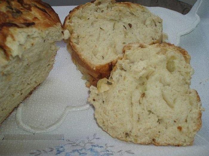 При выпекании хлеба добавляю в тесто немного картофеля: он намного вкуснее и не черствеет целую неделю
