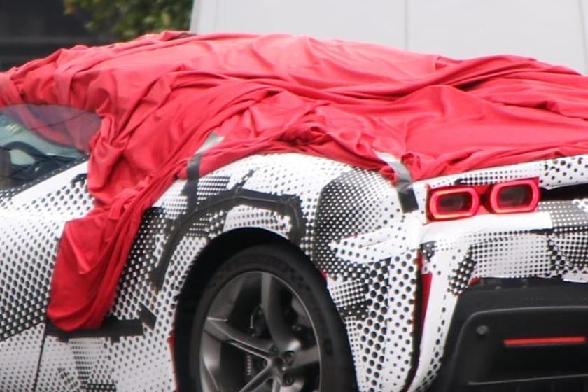 Станет вторым электрифицированным кабриолетом: в Сеть выложили шпионские фото Ferrari SF90 Stradale Spider