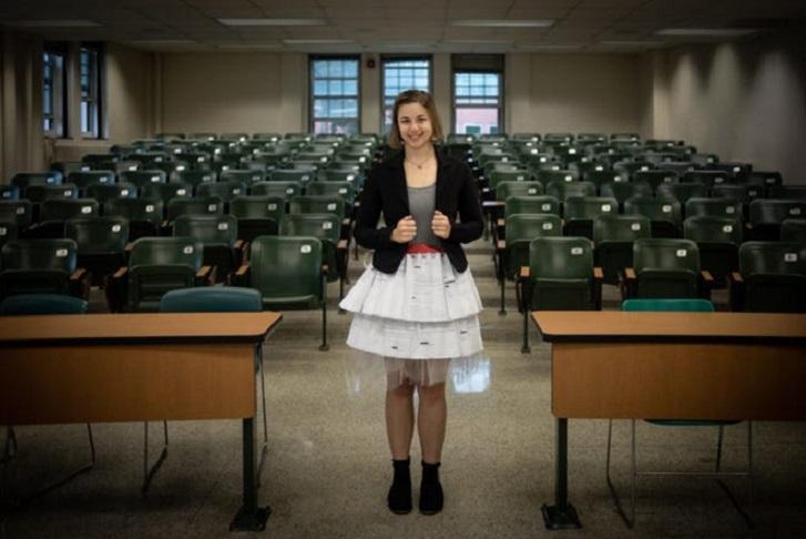 Аспирантка защитила свою диссертацию в необычной самодельной юбке (фото)
