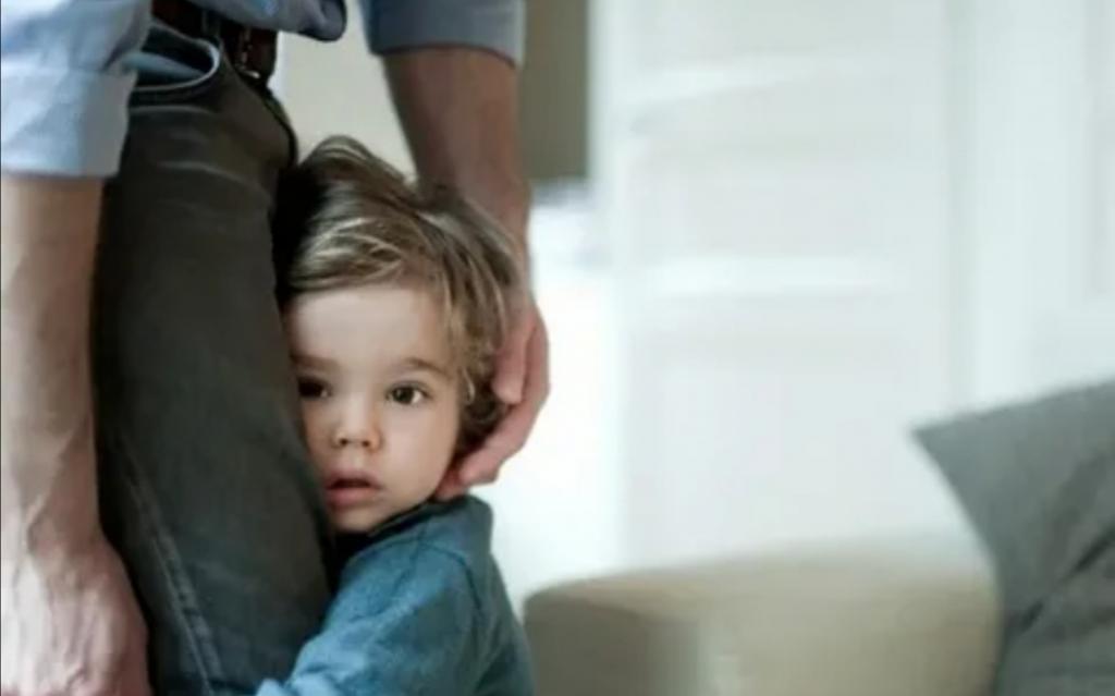 Мама делает за ребенка то, что он может сделать сам: этот и другие признаки чрезмерной опеки родителей