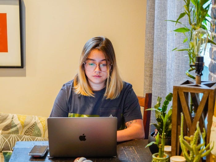 Чтобы эффективно работать из дома, нужно устраивать себе дни психического здоровья. Терапевты Марк Лоуэн и Николь О-Прис рассказали, как восстановить силы за это время