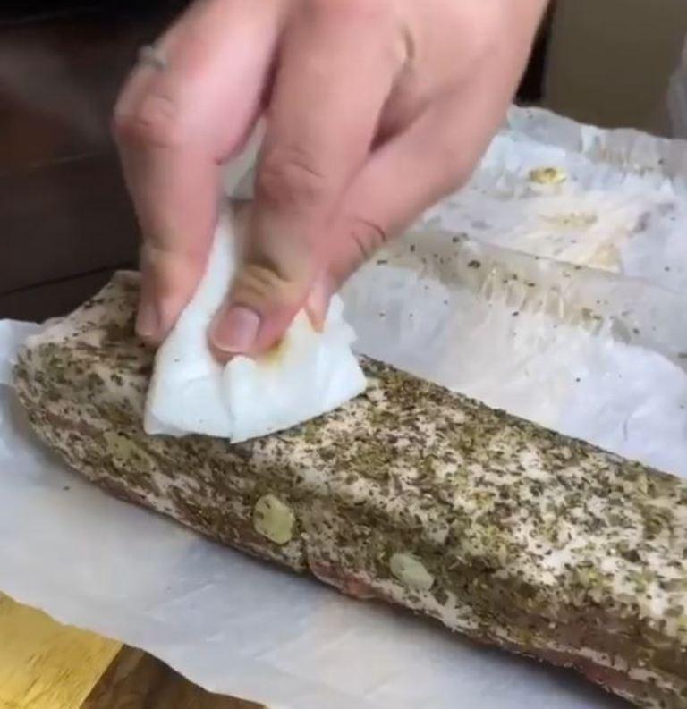 """""""Убираем лишнюю влагу - и в морозилку на 3 дня"""": блогер рассказал свой фирменный рецепт засолки сала"""