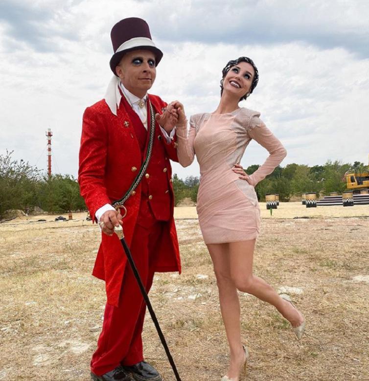 """Ожидание и реальность: Кристина Асмус поделилась с подписчиками снимком в розовом костюме со съемок шоу """"Золото Геленджика"""""""