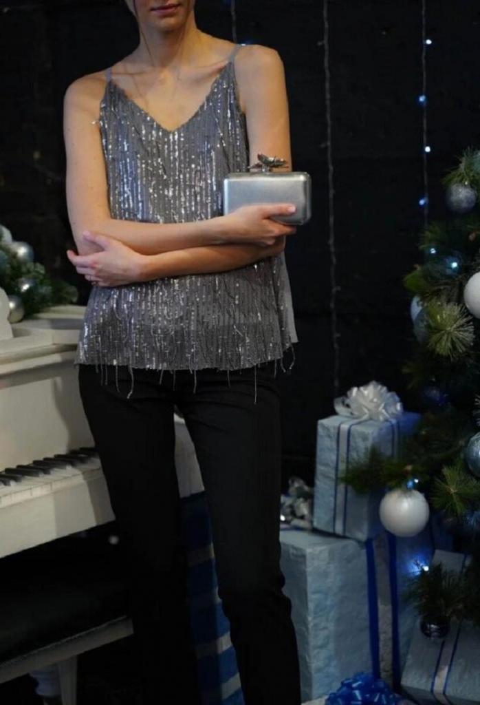 К новогоднему корпоративу прикупила себе приталенное черное платье с прозрачной накидкой: в чем встретить праздник