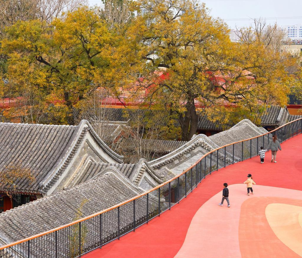 В Пекине построили необычный детский сад: площадку разместили прямо на крыше (фото)