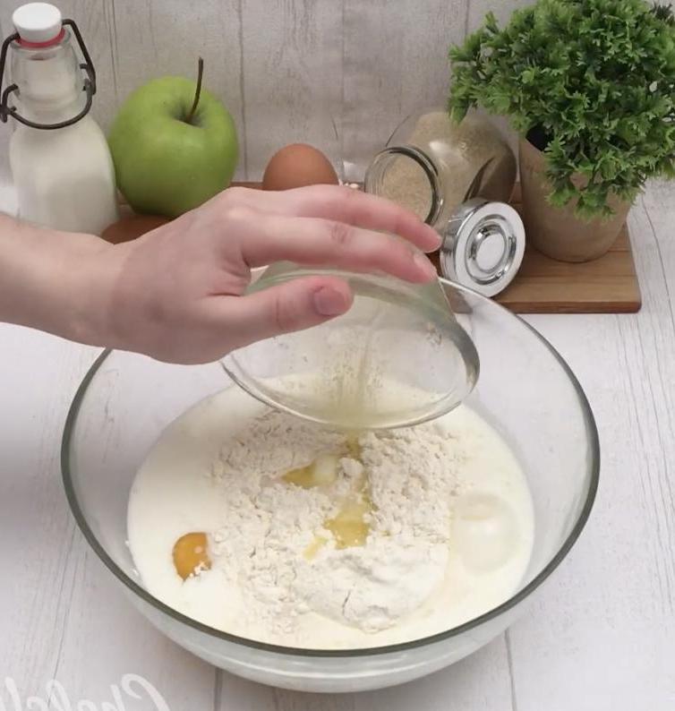 Испекла популярный в Сети яблочный пирог и не пожалела: оценила вся семья
