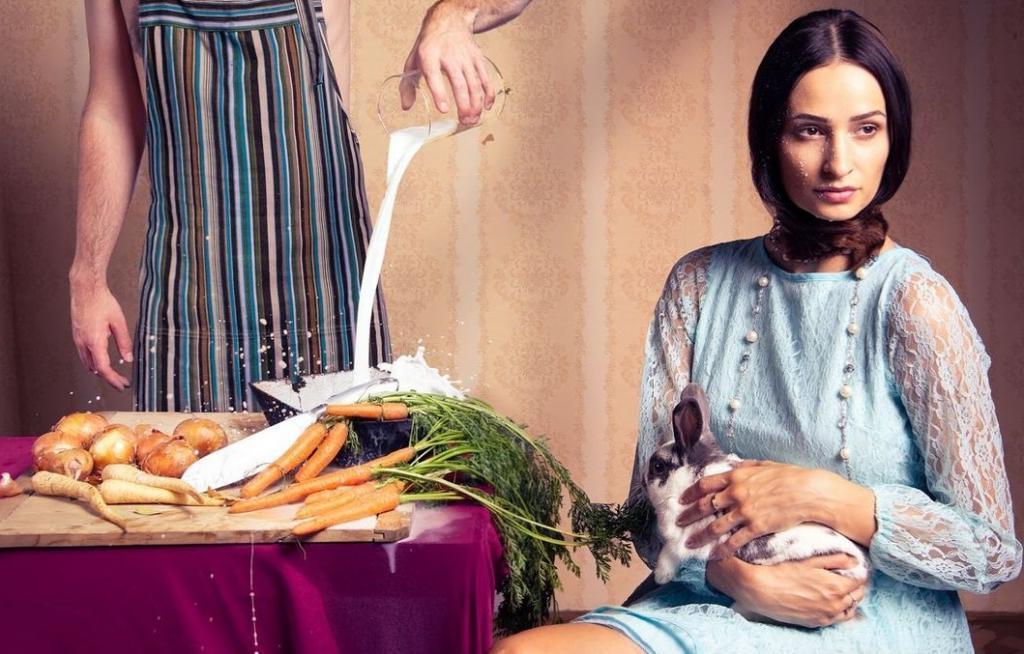 «Набери мне ванну с сосисками и луком»: чтобы показать чешскую кухню в творческом свете, фотограф снимает еду в игривой и забавной форме