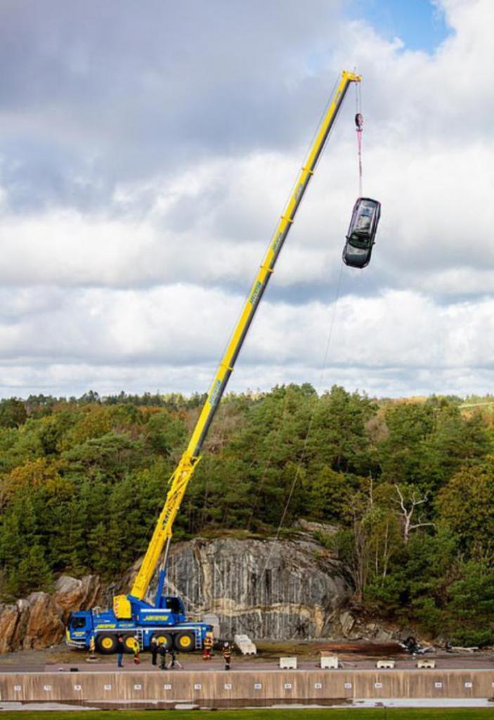 Volvo тестирует автомобили: несколько машин сброшены с 30-метровой высоты (фото)