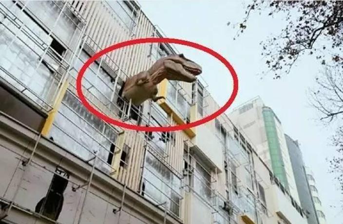 """Маркетинг Юрского периода: китайская компания """"поселила"""" на 5-м этаже здания тираннозавра"""