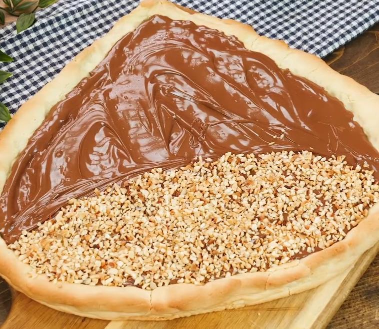 Покупаю баночку арахисовой пасты и пеку очень красивый пирог в форме орешка лещины. Такая выпечка особенно нравится моим родителям-садоводам