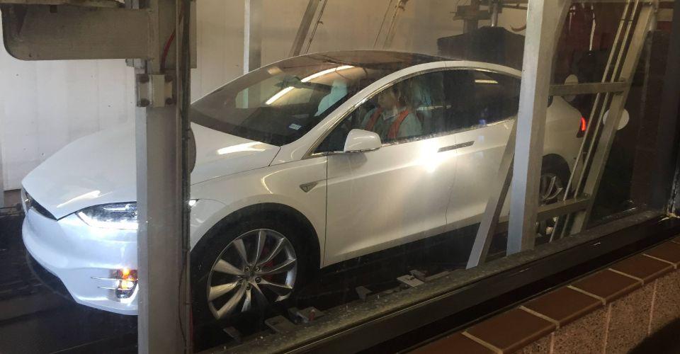 Теоретически у электромобиля Tesla не должно быть проблем с автомойкой. Ютубер решил это проверить: какую опасность он выявил