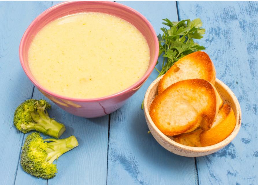 Чтобы ребенок ел овощной крем-суп, подаю его в свежеиспеченной хлебной чашке. Работает без сбоев